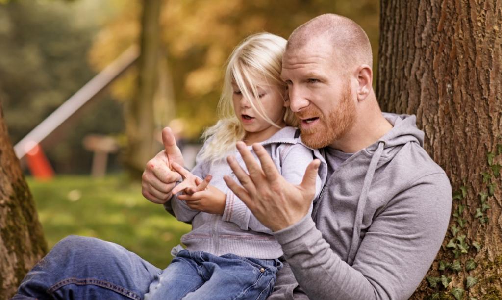 Ребенок учится считать на пальцах со своим отцом